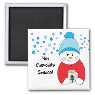 Muñeco de nieve que sorbe el chocolate caliente imán cuadrado