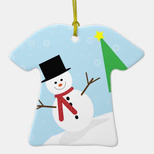 Muñeco de nieve tonto del dibujo animado con los adorno navideño de cerámica en forma de playera
