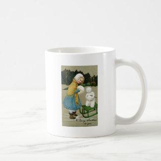 Muñeco de nieve y chica con los manguitos a juego tazas de café