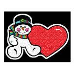 muñeco de nieve y corazón lindos postal