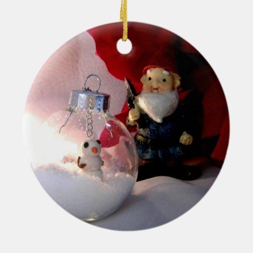 Muñeco de nieve y gnomo adorno redondo de cerámica