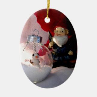 Muñeco de nieve y gnomo adorno ovalado de cerámica
