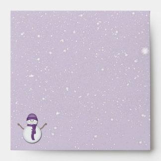 Muñeco de nieve y nieve en púrpura sobres