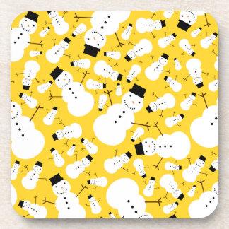 Muñecos de nieve amarillos posavaso