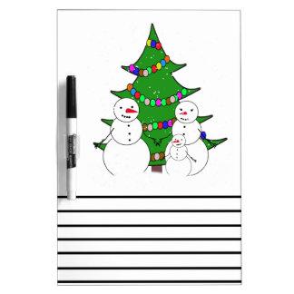 Muñecos de nieve con la familia del árbol de pizarras blancas