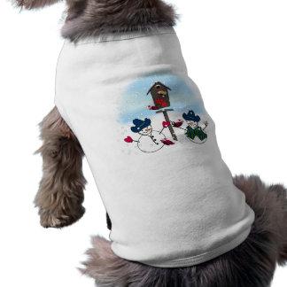 Muñecos de nieve del navidad con los gorras de ropa de perro