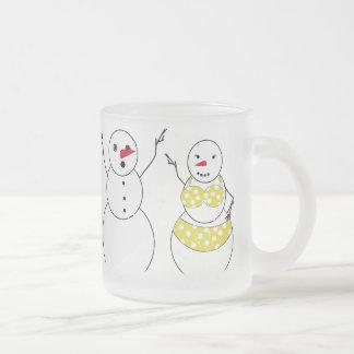 Muñecos de nieve del tiempo del bikini tazas de café