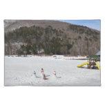 Muñecos de nieve en un campo mantel