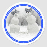 Muñecos de nieve grandes del gorra del arco pegatina redonda