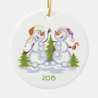 Muñecos de nieve lindos con el ornamento adaptable adorno redondo de cerámica