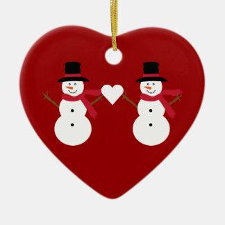 Muñecos de nieve lindos y ornamento en forma de adorno navideño de cerámica en forma de corazón