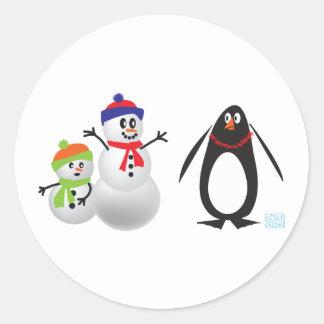 Muñecos de nieve y pingüino pegatina redonda