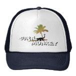 Munkey en el diseño de la playa en el gorra del ca