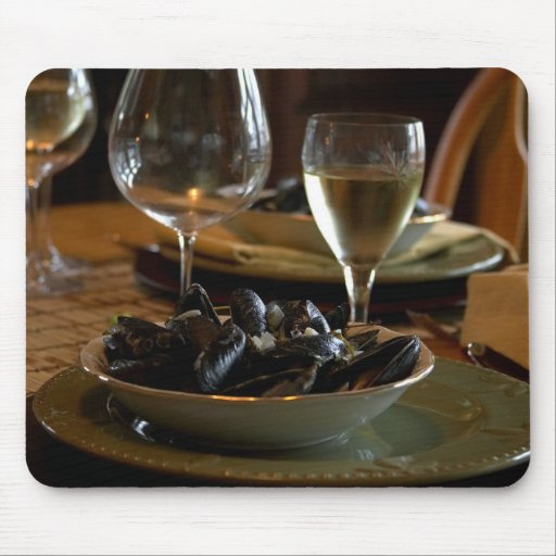 Músculos cocidos al vapor en la tabla de cena tapetes de ratón