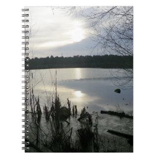 Musgo de Blakemere en la puesta del sol en el bosq Spiral Notebook