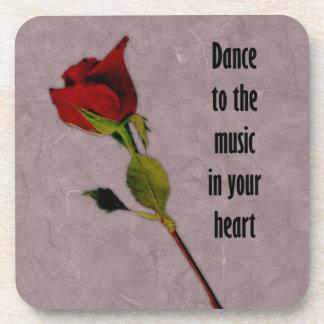 Música color de rosa en su corazón posavasos de bebida