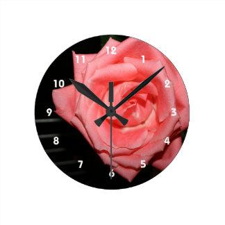 música color de rosa rosada de la parte posterior relojes