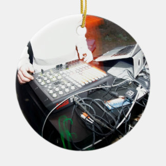 Música de mezcla de EDM DJ en una demostración Adorno Navideño Redondo De Cerámica