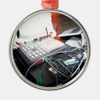 Música de mezcla de EDM DJ en una demostración Adorno Navideño Redondo De Metal