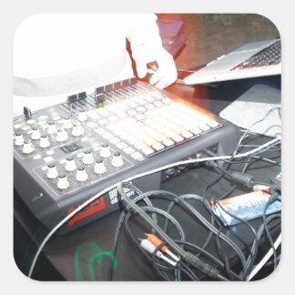 Música de mezcla de EDM DJ en una demostración Pegatina Cuadrada