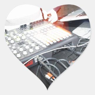 Música de mezcla de EDM DJ en una demostración Pegatina En Forma De Corazón
