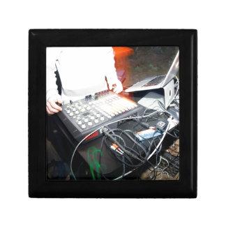 Música de mezcla de EDM DJ en una demostración sub Cajas De Regalo