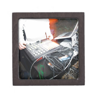 Música de mezcla de EDM DJ en una demostración sub Caja De Regalo De Calidad