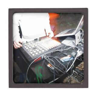Música de mezcla de EDM DJ en una demostración sub Cajas De Joyas De Calidad