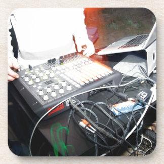 Música de mezcla de EDM DJ en una demostración sub Posavasos