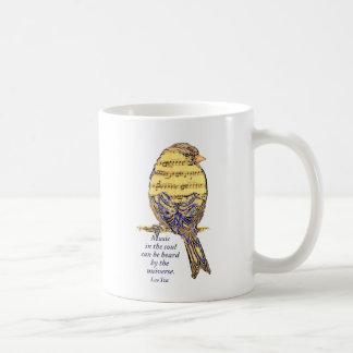 Música en el pájaro de la nota de la cita y de la  tazas de café