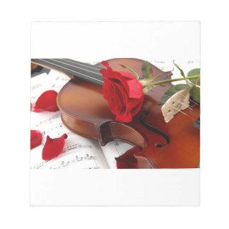 Música romántica roja del violín de los pétalos blocs