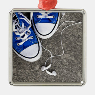 Música y zapatillas de deporte adorno navideño cuadrado de metal