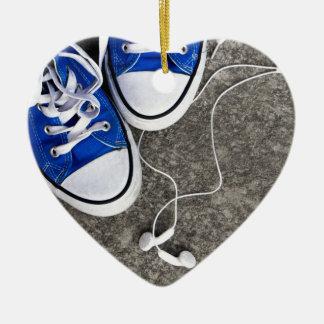 Música y zapatillas de deporte adorno navideño de cerámica en forma de corazón