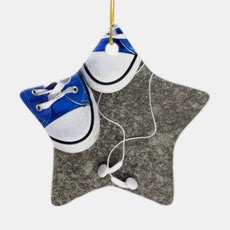 Música y zapatillas de deporte adorno navideño de cerámica en forma de estrella