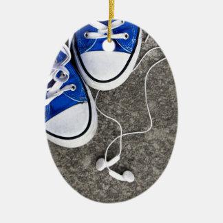 Música y zapatillas de deporte adorno navideño ovalado de cerámica