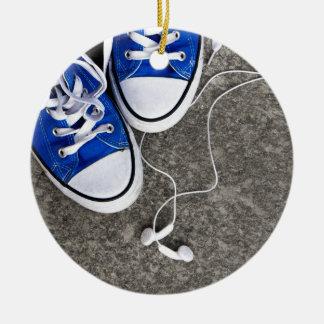Música y zapatillas de deporte adorno navideño redondo de cerámica