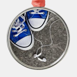 Música y zapatillas de deporte adorno navideño redondo de metal