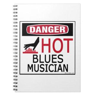 Músico caliente de los azules cuadernos
