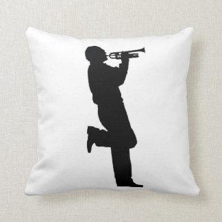 Músico de jazz blanco y negro de la trompeta cojines