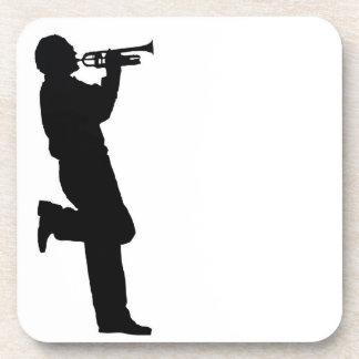 Músico de jazz blanco y negro de la trompeta posavasos