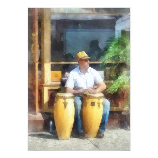 """Músico - jugar los tambores de bongo invitación 5"""" x 7"""""""