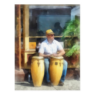 Músicos - jugar los tambores de bongo tarjeta postal