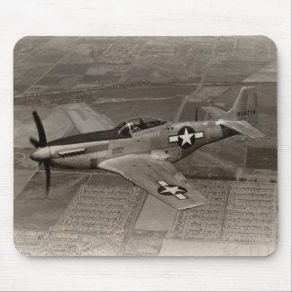 Mustango de WWII P-51 en vuelo Tapetes De Ratones