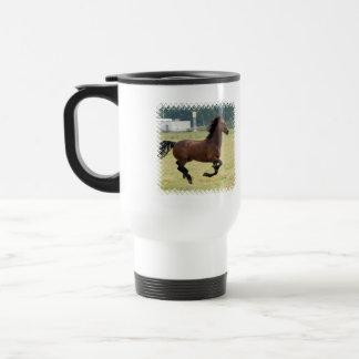 Mustango que galopa la taza plástica