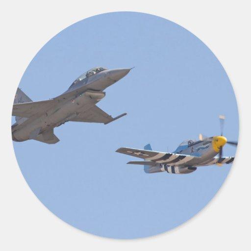 Mustango y F 17 del vuelo P 51 de la herencia Pegatina Redonda