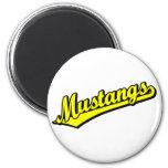 Mustangos en amarillo imán de nevera
