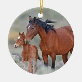 Mustangos salvajes en el paso de Altamont Adorno Navideño Redondo De Cerámica