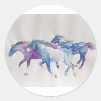 Mustangos salvajes en pastel pegatina redonda