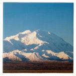 N.A., los E.E.U.U., Alaska.  El monte McKinley en  Azulejo Cuadrado Grande