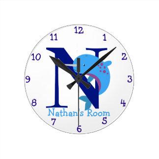 N está para Narwhal y el dormitorio de los Nathan- Reloj Redondo Mediano